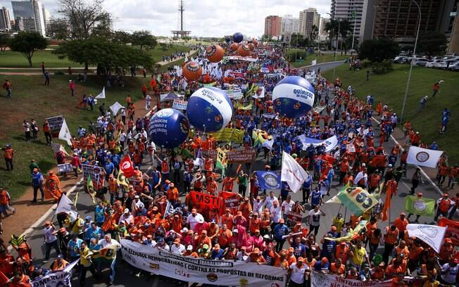 Ocupa Brasília reúne movimentos sociais e centrais sindicais; grupo pede renúncia de Temer e eleições diretas