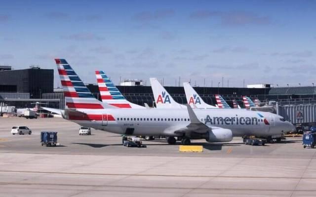 Aviões da American Airlines parados em aeroporto