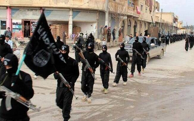Combatentes da al-Qaeda ligados ao Estado Islâmico, marcham em Raqqa, na Síria (jan/2014). Foto: AP