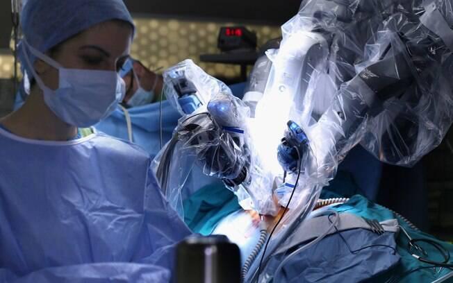 Equipe de especialistas acompanha a cirurgia robótica, que conseguiu reduzir o tempo de recuperação do paciente