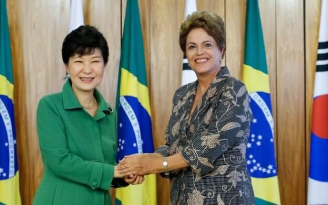 Dilma Rousseff e Park Geun-hye, durante assinatura de atos e coletiva de imprensa, no Palácio do Planalto. Processo de impeachment em 2016 é ponto em comum entre elas