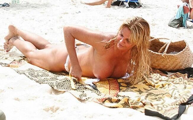 Monique Evans faz topless e mostra que está com tudo em cima. Foto: AgNews