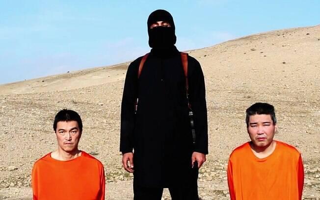 Estado Islâmico mostra reféns antes de decapitação em área desértica (fev/2015). Foto: AP