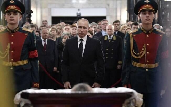 Putin apareceu desolado no velório do embaixador russo que foi morto na Turquia nesta quinta-feira (22)