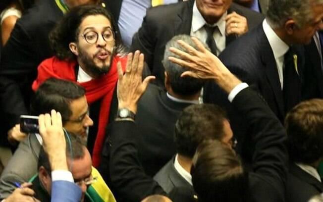 Cusparada de Jean Wyllys em Jair Bolsonaro durante votação do impeachment na Câmara, no dia 17 de abril