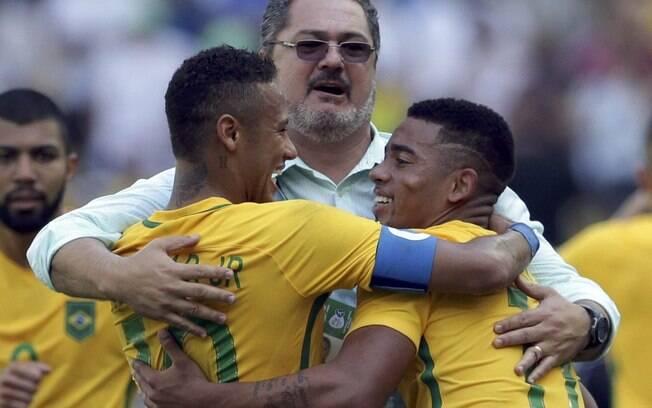 Neymar, Micale e Gabriel Jesus comemoram a classificação à final das Olimpíadas