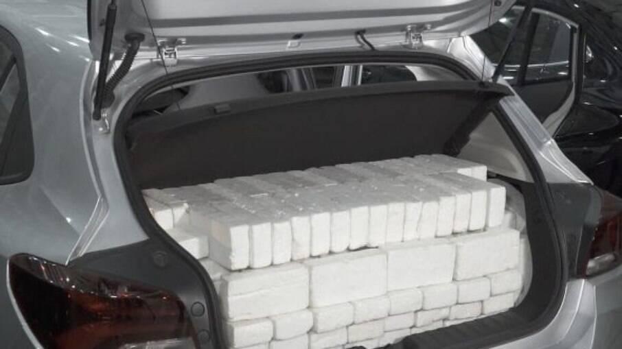 O volume do porta-malas tem medições padronizadas e são feitas com blocos de 1 litro em interferir no fechamento da tampa