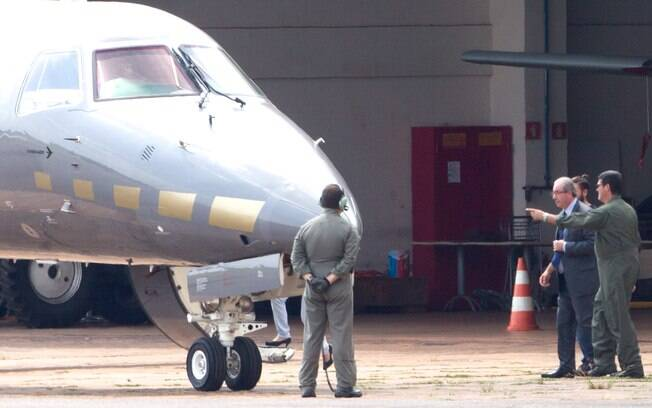Cunha ao embarcar em avião da Polícia Federal em Brasília; deputado cassado foi transferido para carceragem em Curitiba