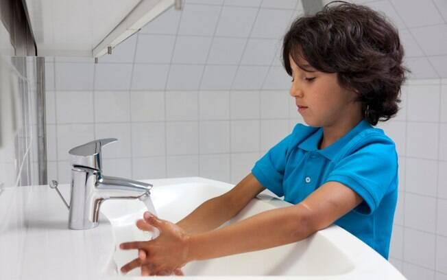 Erro: Não lavar as mãos, especialmente das crianças, depois da aplicação do repelente. As mãos sujas com o produto podem acabar em contato com os olhos e a boca, o que pode causar intoxicação. Foto: iStock