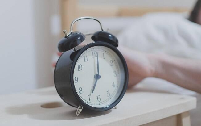 Uma receita é ir acordando 15 minutos mais cedo diariamente, para que a transição ocorra aos poucos