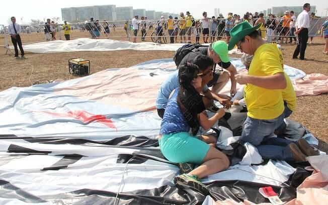 Organizadoes de protesto costuram bonecos de Dilma Rousseff e Lula; manifetação foi cancelada