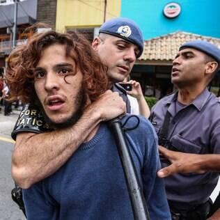 Estudante é detido em protesto contra reorganização escolar em São Paulo