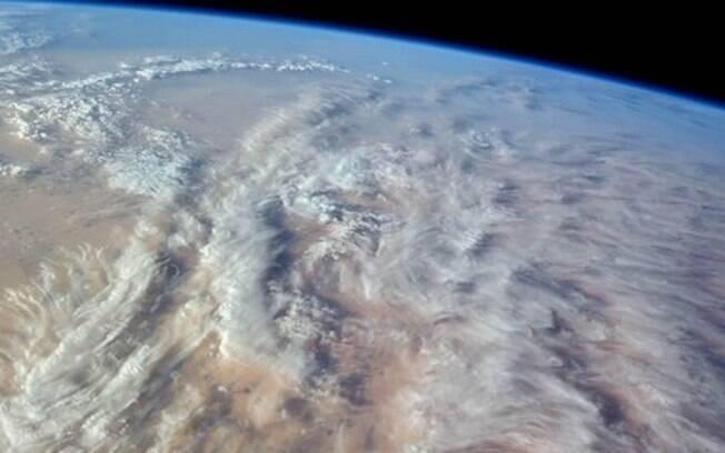 Uma variedade fascinante de formações de nuvens sobre o noroeste do deserto do Saara