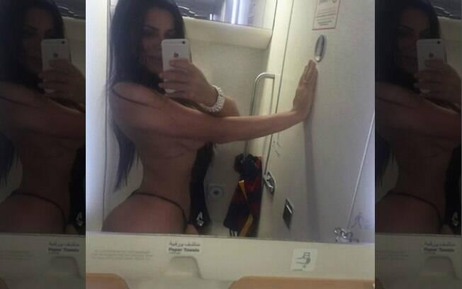 Suzy Cortez fez topless no banheiro do avião