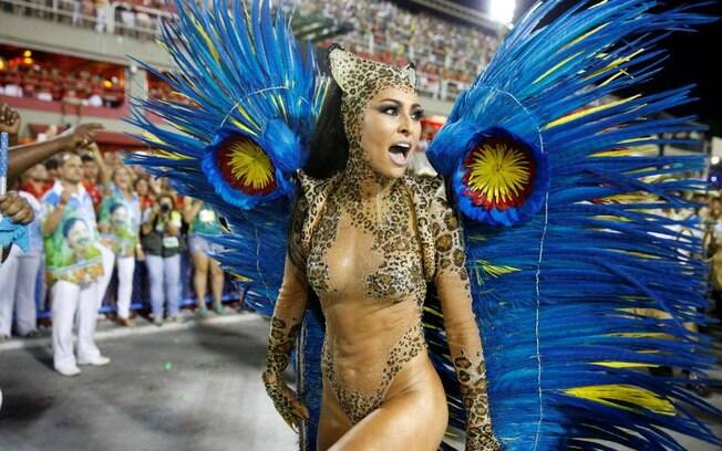 Tapa-sexo de Sabrina Sato fica à mostra após desfile pela Vila Isabel em 2014. Foto: AgNews