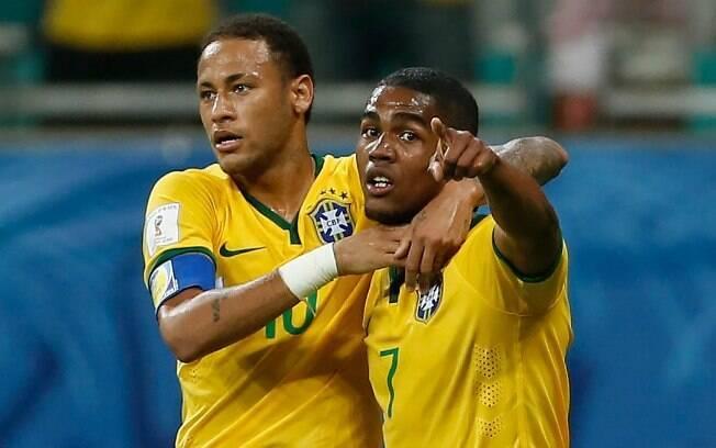 Douglas Costa comemora com Neymar o gol brasileiro diante do Peru, na Fonte Nova