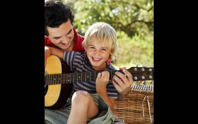 Deixe os pequenos ouvirem música e incentive que eles criem suas próprias canções. Foto: Thinkstock