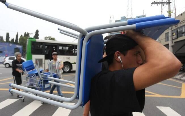 Estudantes levaram cadeiras ao protesto na Avenida Dr. Arnaldo. Foto: Leonardo Benassatto/Futura Press - 02.12.15
