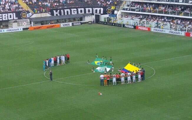 Homenagem para a Chape na Vila antes de Santos e América-MG. Foto: Reprodução