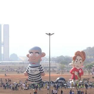 Bonecos chegaram a ser inflados, mas murcharam antes do início do protesto