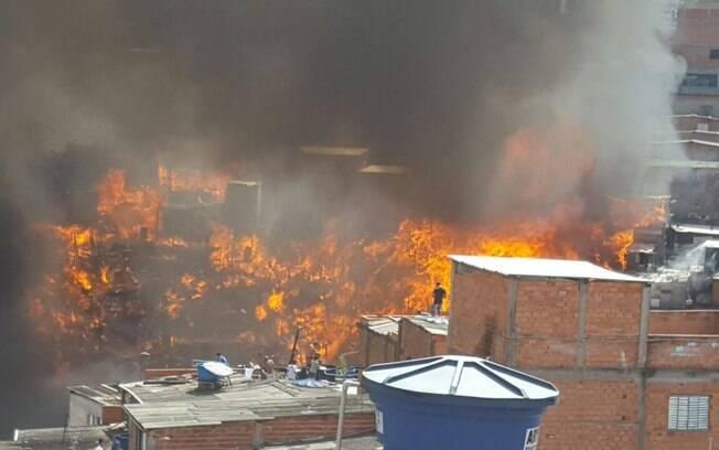 Incêndio atingiu no início da tarde desta quarta-feira (1º) a favela de Paraisópolis, na zona sul de São Paulo