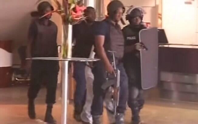 Policiais em ação durante ataque terrorista ao hotel onde funcionários da Air France se hospedam