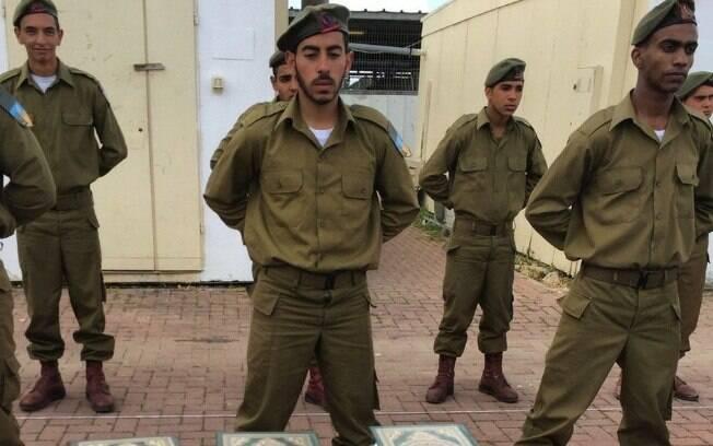 Recrutas da Gadsar fazem juramento de lealdade a Israel sobre o Alcorão, o livro sagrado dos muçulmanos