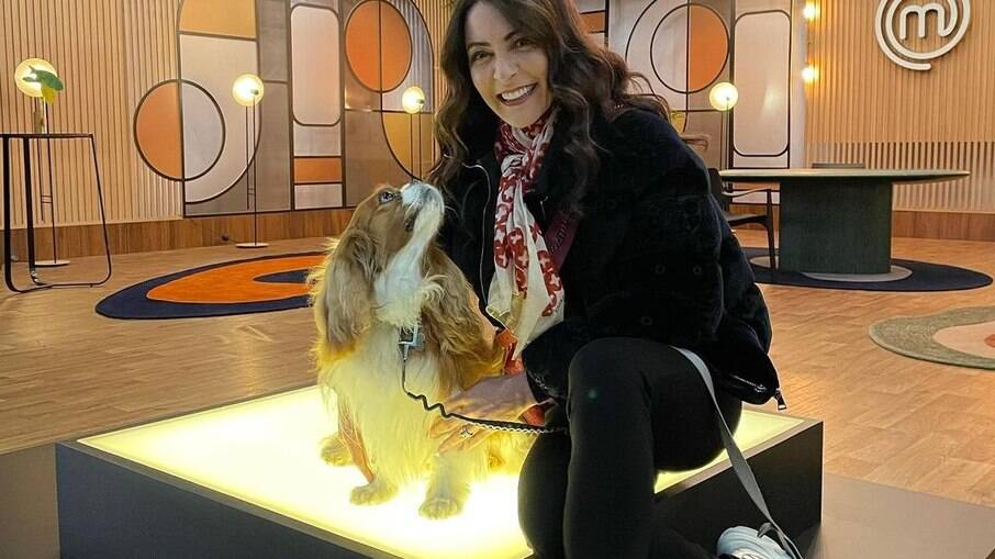 Ana Paula Padrão leva Mané, o cachorro de estimação, para as gravações do MasterChef