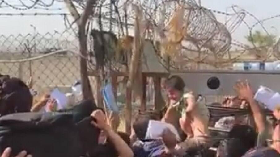 Quatro mulheres morrem esmagadas em confusão nos arredores do aeroporto de  Cabul | Último Segundo | iG