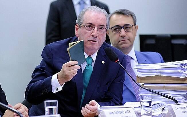 Cunha mostra passaportes no Conselho de Ética e Decoro Parlamentar da Câmara dos Deputados