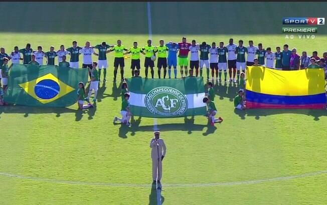 Jogadores de Vitória e Palmeiras homenageiam a Chape. Foto: Reprodução/SporTV
