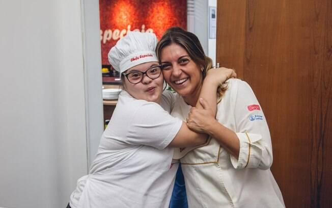 Silvana (à direita) é uma das idealizadoras do projeto culinário, que visa a inclusão social de quem tem síndrome de Down. Foto: Edu Cesar