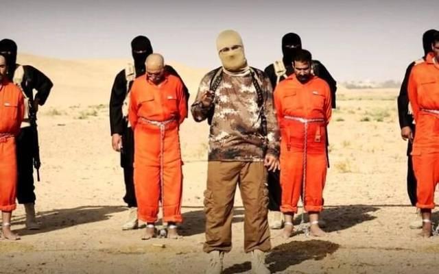 Liderança do Estado Islâmico discursa diante dos reféns, todos vestidos em laranja, no Iraque