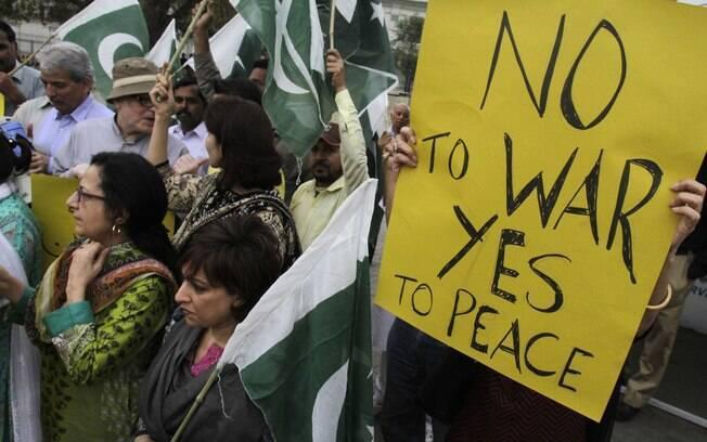 Ativistas exibem cartazes contra a coalizão liderada pela Arábia Saudita cujos alvos  são rebeldes xiitas no Iêmen (Arquivo)