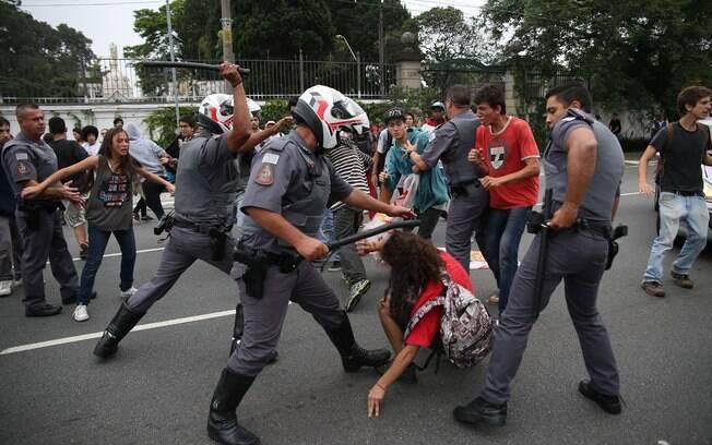 Policiais levantaram cassetetes em direção ao estudantes durante manifestação. Foto: Renato S. Cerqueira/Futura Press - 02.12.15