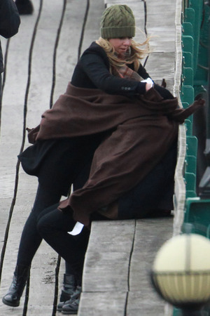 One Direction battle wind and cold, hang from lampposts in ...