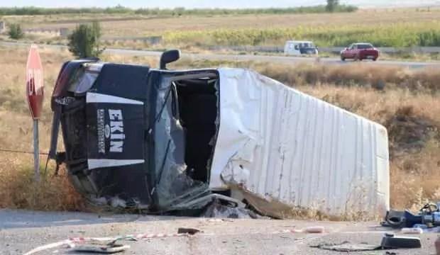 Minibüsle araba çarpıştı: 1 meyyit, 8 yaralı 1