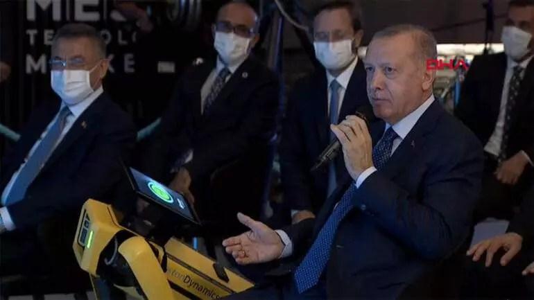 Cumhurbaşkanı Erdoğan, merkezin açılışını Boston Dynamics firmasının 'Spot' isimli dünyanın en gelişmiş robotunun getirdiği tabletten yaptı.