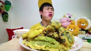 【韩国吃播花猪小哥】吃一堆炸紫菜卷大口吃过瘾~w