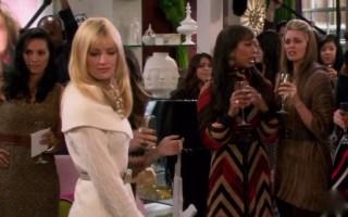 【破产姐妹】Caroline重回曼哈顿上流社会。
