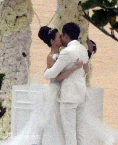 Barbie Hsu berciuman dengan suami