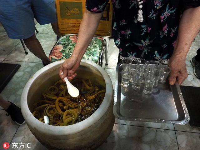 臺北夜市「亞洲蛇肉店」人聲鼎沸 蛇酒「供不應求」! - 每日頭條