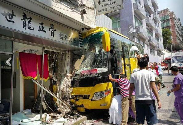 又是旅遊巴士!澳門一旅遊巴士沖入診所 29名內地遊客受傷 - 每日頭條