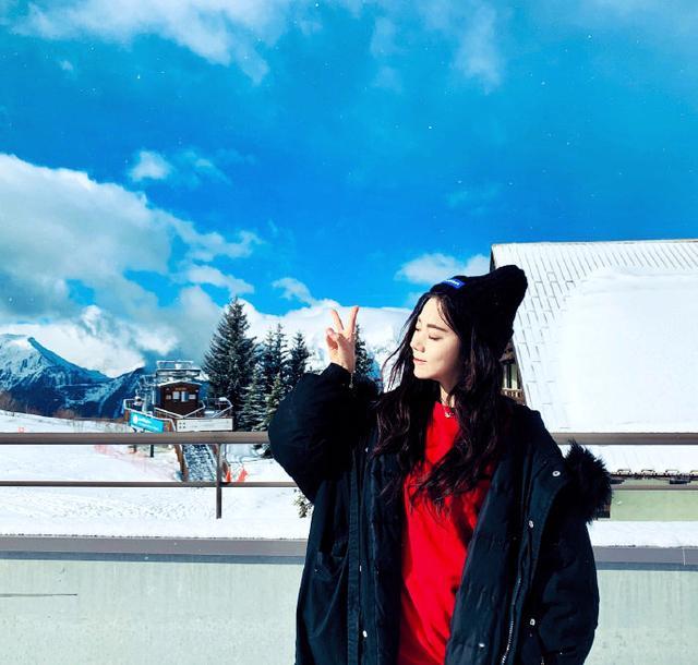 火箭少女紫寧遊玩美照,烈焰紅唇配大波浪,冰雪王國風景美如畫! - 每日頭條