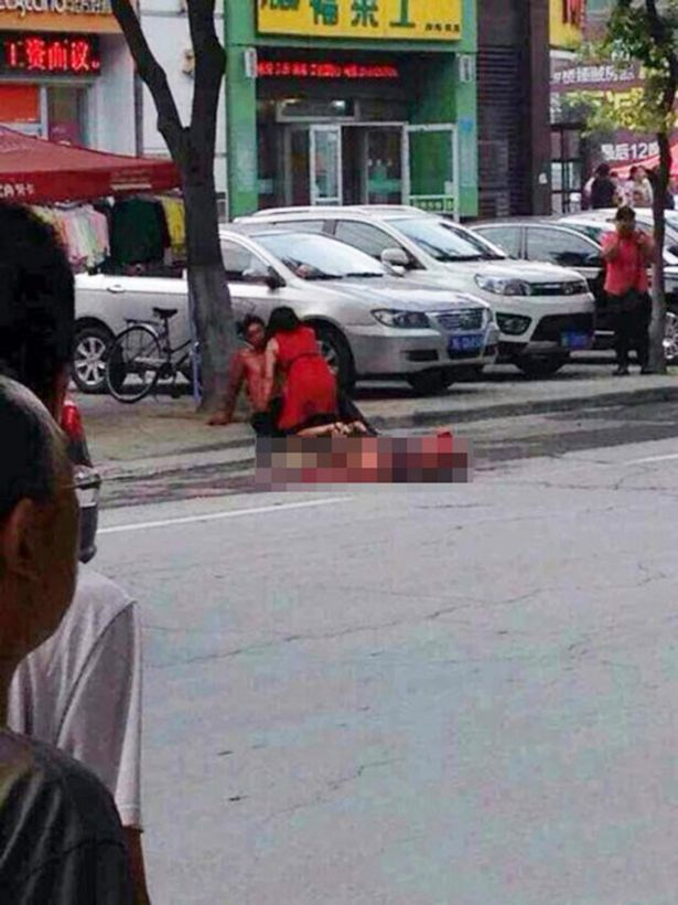 A jealous man Qi Han stabbed his suspected love rival in the middle of the street.