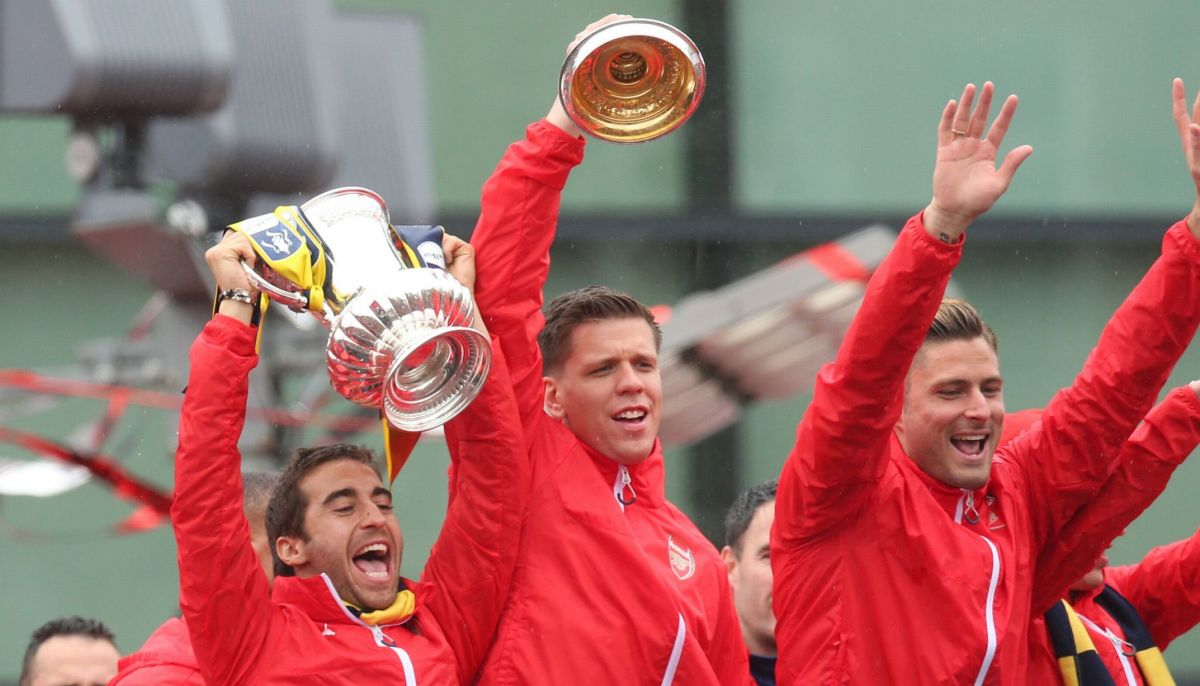 Mathieu Flamini, Wojciech Szczesny and Olivier Giroud celebrate with the FA Cup