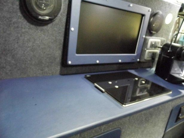 Land-Rover-with-a-kitchen-in-the-boot Photos: Land Rover with built in WiFi, fridge and kitchen sink