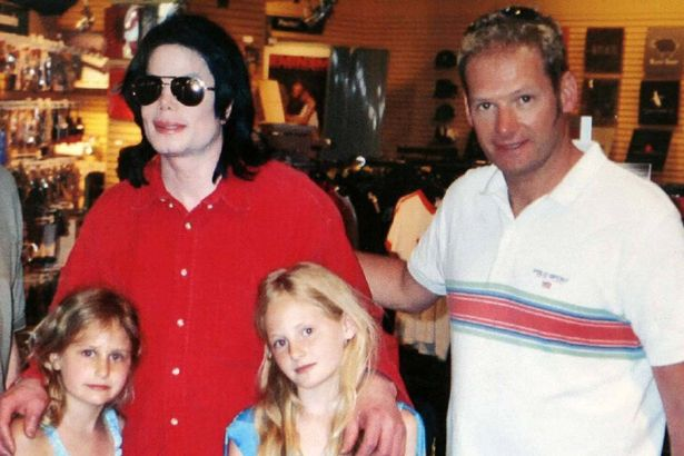 Mark Lester and his two daughters Harriet (L) and Olivia with Michael Jackson