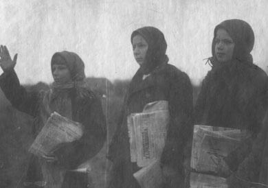 Піонерки проводять читку газету польовому стані колгоспу ім. Шевченка Сенчанського району. 1933 рік