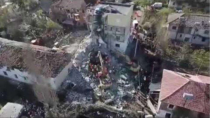 Ora News - Thumana e pare me dron: Si janë shkaterruar pallatet nga tërmeti, mes rrënojave ka njerëz